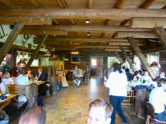 Kraftalm Gasthof: Dinner time with Tirolean tunes