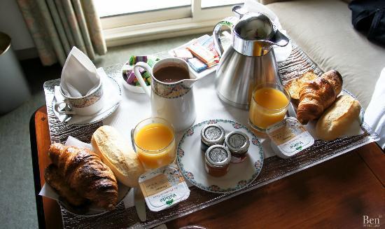 Augeval Hotel: Le petit déjeuner servi en chambre