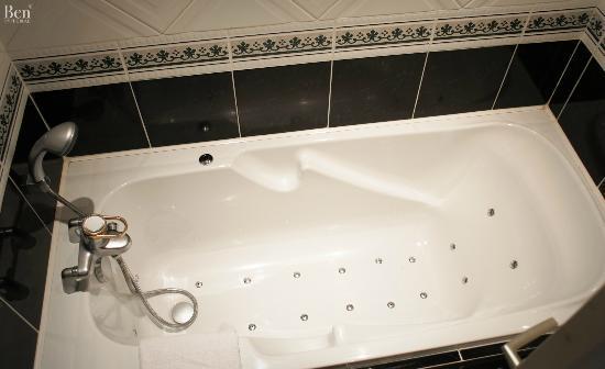 Augeval Hotel: Baignoire à remou