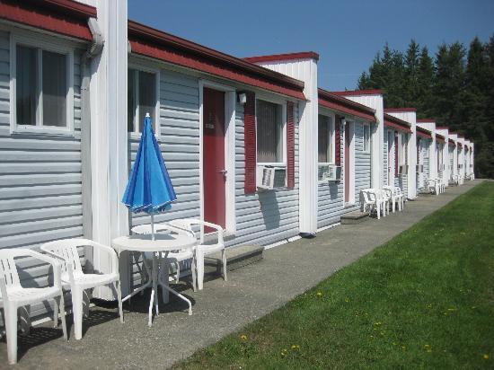 Motel De La Pente Douce : rooms with garden view