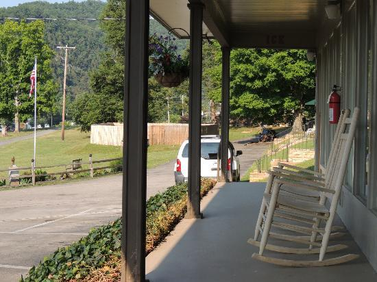 Townsend Gateway Inn: Looking down the porch to the east