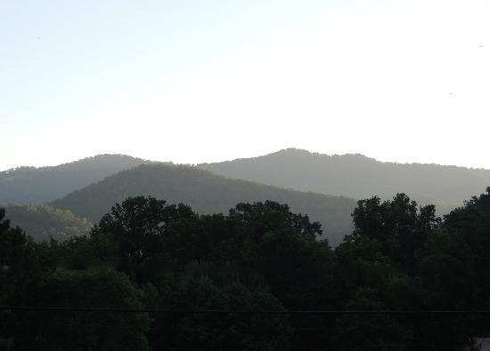 Townsend Gateway Inn: Sunrise in the Smokies from the porch