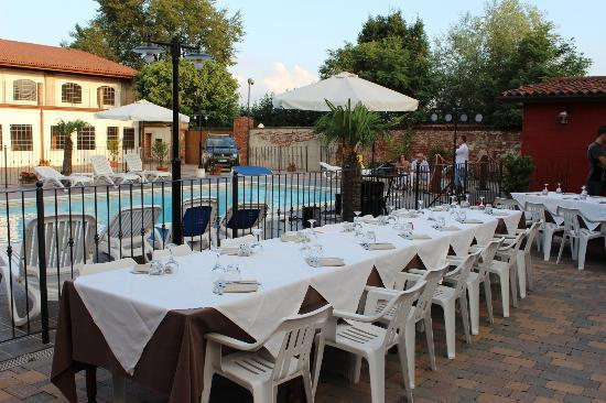 Agriturismo I Tre Camini : Tavoli all'aperto a bordo piscina