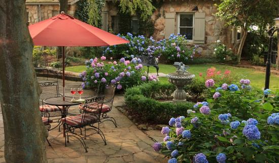 Chanticleer Inn Bed and Breakfast: Courtyard view from Guest Room 3
