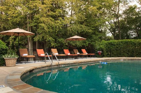 Chanticleer Inn Bed and Breakfast: Relax by the pool