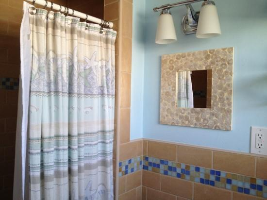 Inn on the Beach: clean, attractive bathroom