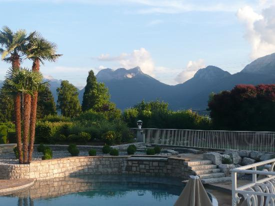 Hotel Les Grillons: Evening view of the mountains from the courtyard.