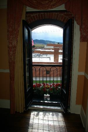 Kaiser House Lodging: The view through the window of the Chinese Room.