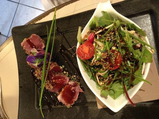 Al Tres : tonno rosso alla piastra con frutta secca e semi  di papavero e  insalata mista