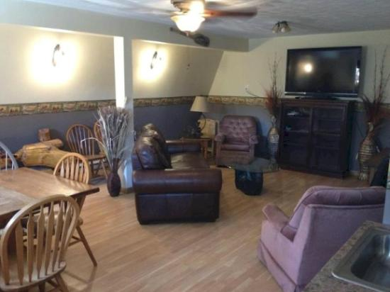 Lakeview Motel and Apartments : Large Lodge Recreation and TV Room