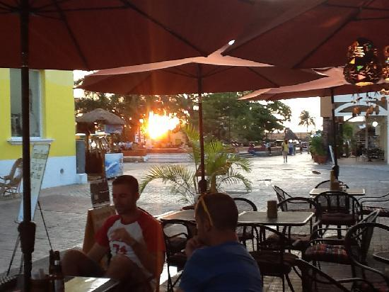 Woodys Bar and Grill: Sunset from the patio