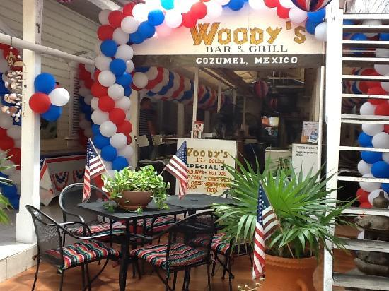Woodys Bar and Grill: 4th of July decorations