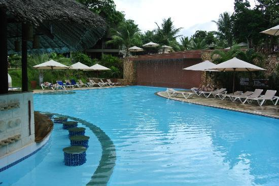 Baobab Beach Resort & Spa: Small bar and pool area