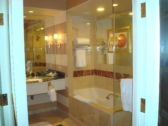 Partial view of bathroom picture of the venetian las for Venetian hotel bathroom photos