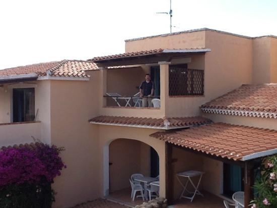 Sardinia Blu Residence: Looking towards the balcony of our apartment from the courtyard