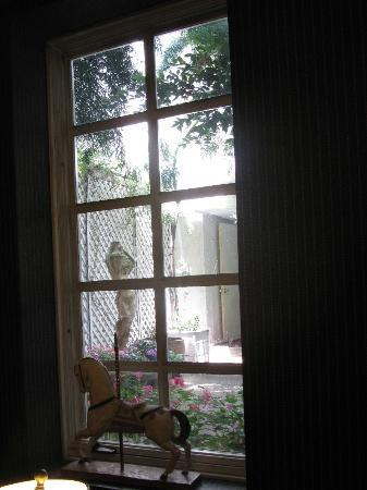 White Swan Inn: Courtyard view from sitting room