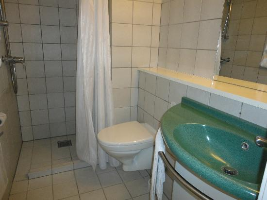 Copenhagen Crown Hotel: bathroom 1