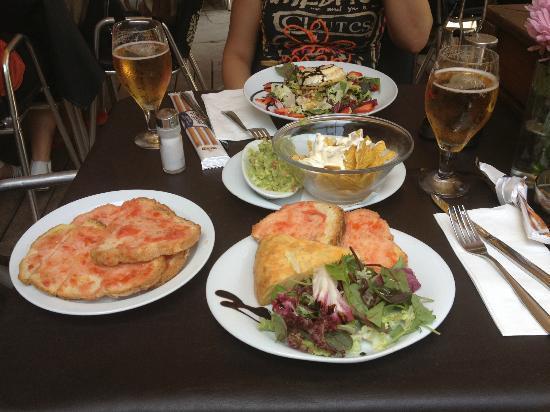 El Jardi: Pan tomate, Tortilla, nachos with goat cheese and Graten de queso de cabra with manzanas asadas,