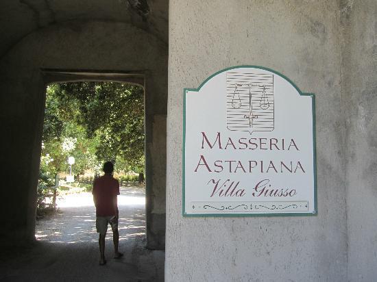 Masseria Astapiana Villa Giusso: Walled entrance to Villa Giusso