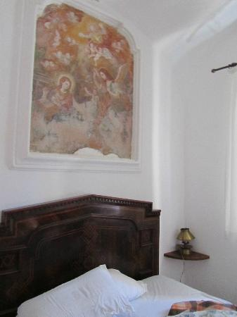 Masseria Astapiana Villa Giusso: Beautiful fresco above bed in monk's cell