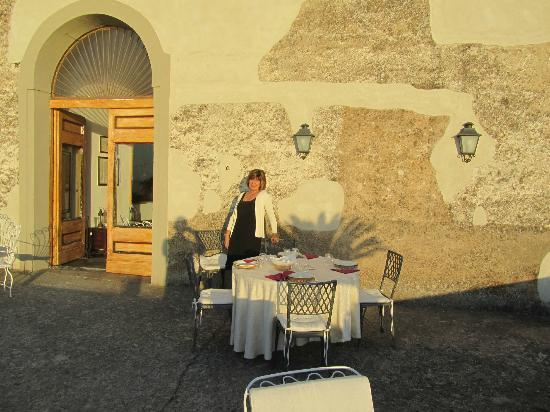 Masseria Astapiana Villa Giusso: Dining on the balcony with a gorgeous view of the Mediterranean