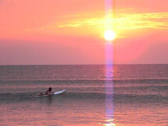 Colonial Inn: Surfing under this kind of Sunrise is an everyday occurance here!