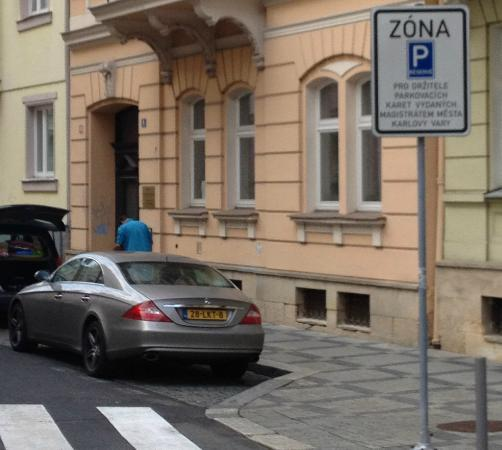 Holiday Apartments Karlovy Vary: Parking only for residents in street (not guests)