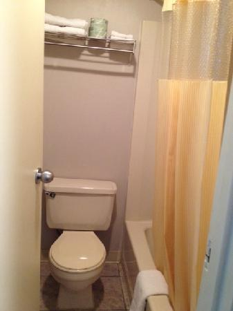 Days Inn Southern Hills/ORU: Bathroom to room 127