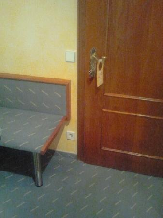 Hotel Zum Roten Baeren : Dirty carpet