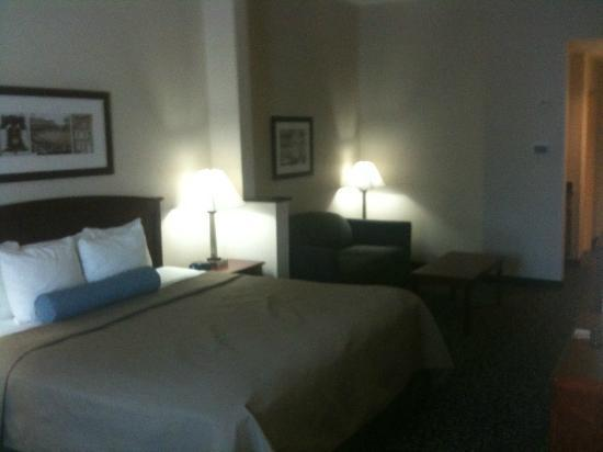 Holiday Inn Express & Suites Philadelphia - Mt. Laurel: bed