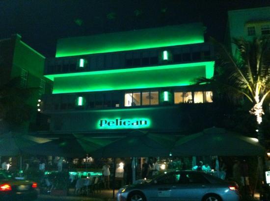 Pelican Hotel: Facciata esterna...by night!