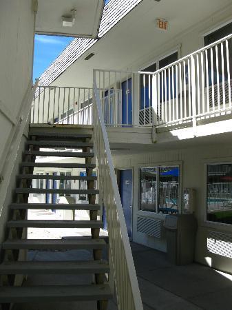 Motel 6 Jackson: Treppenaufgang