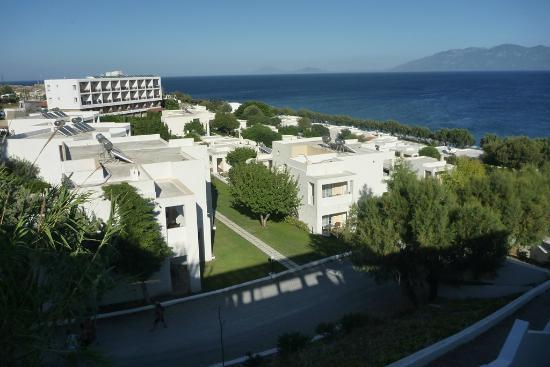 Dimitra Beach Hotel: Bungalows and main building in the background
