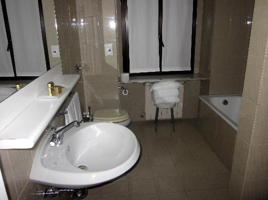 Amadeus Hotel: Bathroom