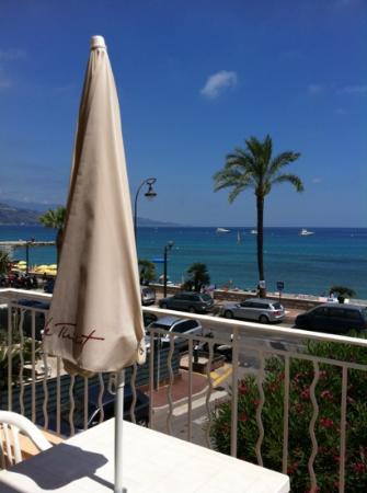 Hotel Reine d'Azur : ci sono ombrellone e poltroncine