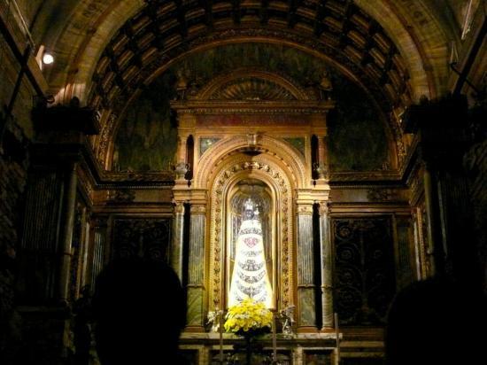 Loreto, Italy: La Vergine Lauretana, del XIV sec. Distrutta da un incendio, quella attuale è una copia del '21