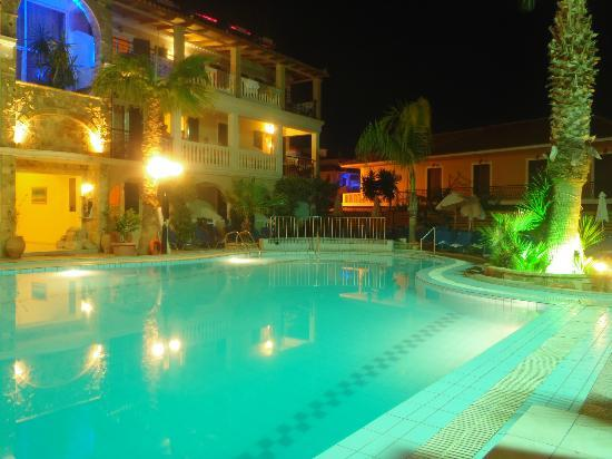 Zante Plaza Hotel & Apartments: Pool at night!
