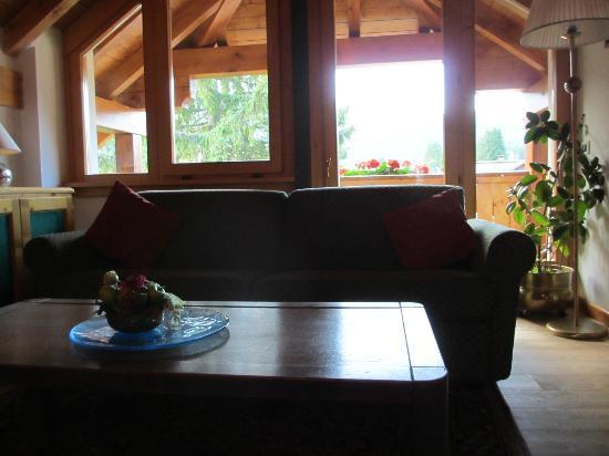 Hotel Garni dei Fiori: salotto della Suite Mansardata con vista terrazza