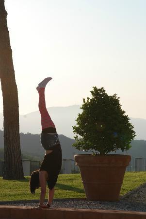 Agriturismo Tenuta Chiudendone: I am practising yoga in the garden! =)