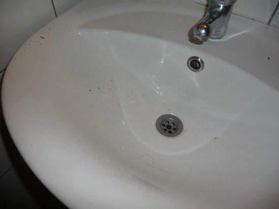 Yildiz Hotel: Dirt, hair, and bugs on sink when we got in