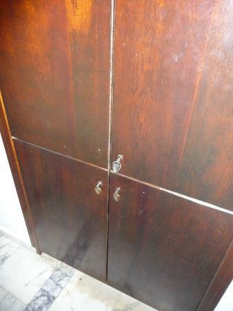 Yildiz Hotel: Closet missing a handle