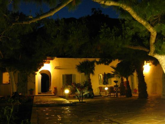 Evizorzia Villas: common patio with doors to the rooms