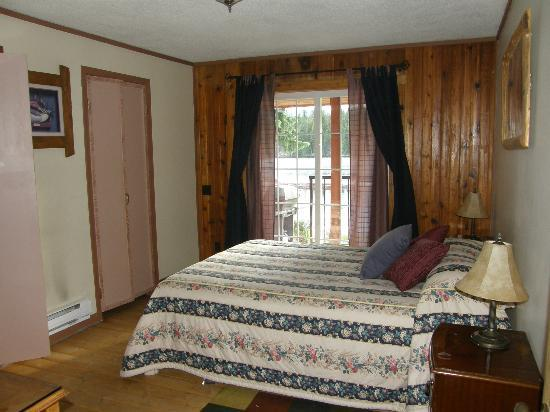 Idabel Lake Resort: Duck Suite main bedroom