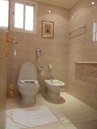 Grand Qatar Palace Hotel: bathroom