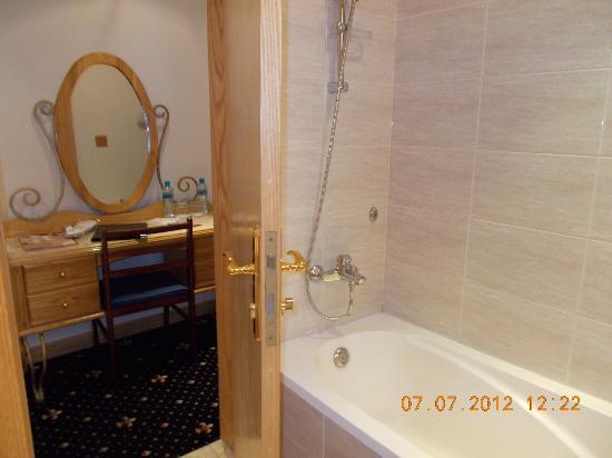 Grand Qatar Palace Hotel: bathtub