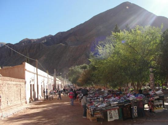 Cerro de los Siete Colores (Berg der sieben Farben): Puestos de artesanos en plaza de Purmamarca