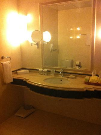 Lexington Gloria Hotel Doha: Sink in bathroom