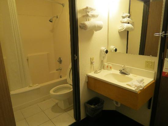 Super 8 Redding: bathroom