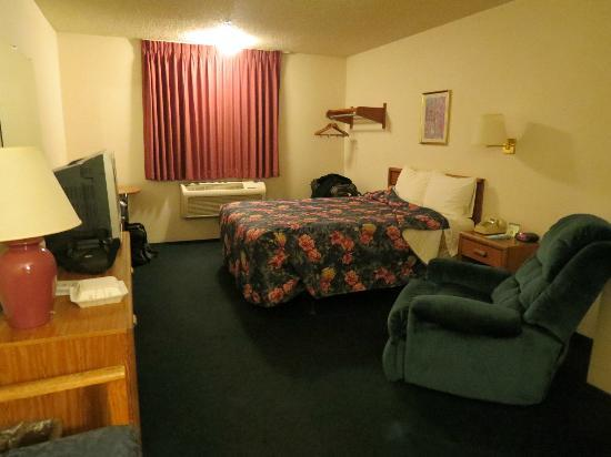 Super 8 Redding: sad looking room
