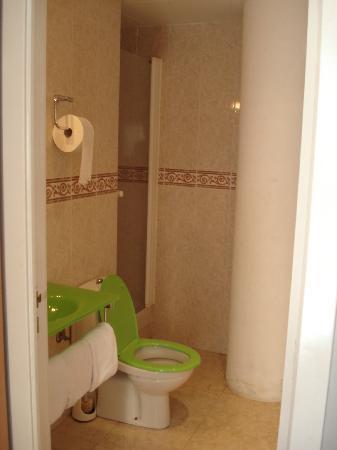 Pension Rovior : tiny shower.But still adequate